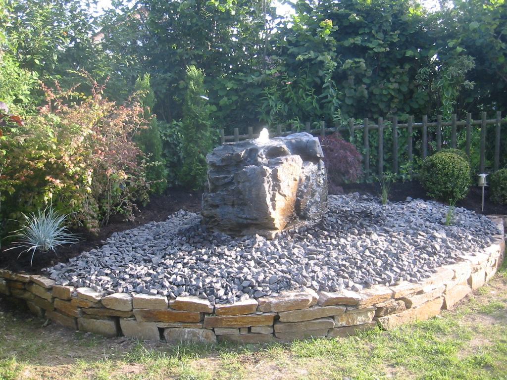 Gartensitzplatz gestalten wasserspiel wasser im garten - Gartengestaltung brunnen ...